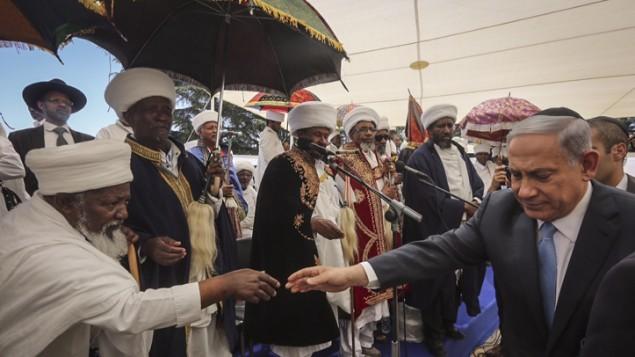 Des Juifs Ethiopiens assistent à la cérémonie de commémoration en souvenir des morts sur le chemin d'Israël, le 17 mai au Mont Herzl. (Crédit : Gil Yochanan/POOL)