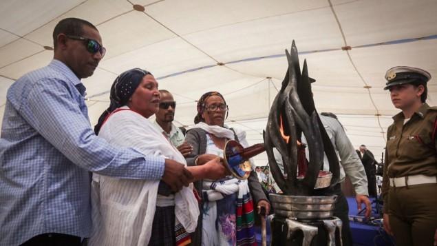 Pendant la cérémonie de commémoration des Juifs Ethiopiens décédés en chemin, le 17 mai 2015. (Crédit : Gil Yochanan/POOL)