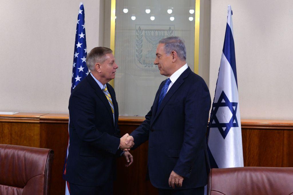 Le Premier ministre Benjamin Netanyahu et le sénateur américain Lindsey Graham, à Jérusalem, le 27 mai 2015 (Crédit : Kobi Gideon / GPO)