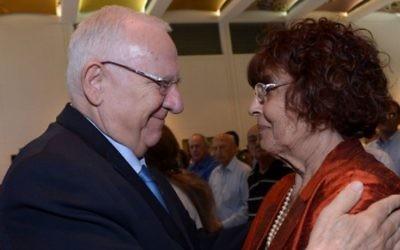 Reuven Rivlin et la veuve de l'espion Eli Cohen, au 50e anniversaire de l'exécution d'Eli Cohen en Syrie, le 18 mai 2015 (Crédit :  Zach/GPO)