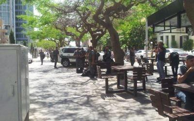 Les agents de police se préparent à une manifestation des Israéliens d'origine éthiopienne, à Tel-Aviv, le lundi 18 mai 2015 (Crédit : Juda Ari Gross)