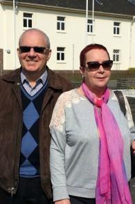 Les « Bébés » de Bergen-Belsen Joe Laufer (à gauche) et Aviva Tal à la base de Bergen-Hohne de l'OTAN (anciennement camp DP de Bergen-Belsen), en Allemagne, le 24 avril 2015. (Crédit : Renee Ghert-Zand / Times of Israël)