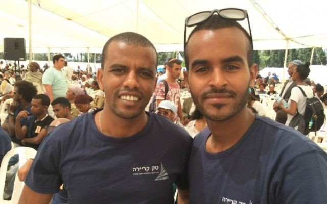 Avi Maharat, 32 ans (gauche) et Daniel Gola, 23 ans, à la cérémonie de commémoration sur le Mont Herzl, à Jérusalem, le 17 mai (Crédit : Renee Ghert-Zand/Times of Israel)