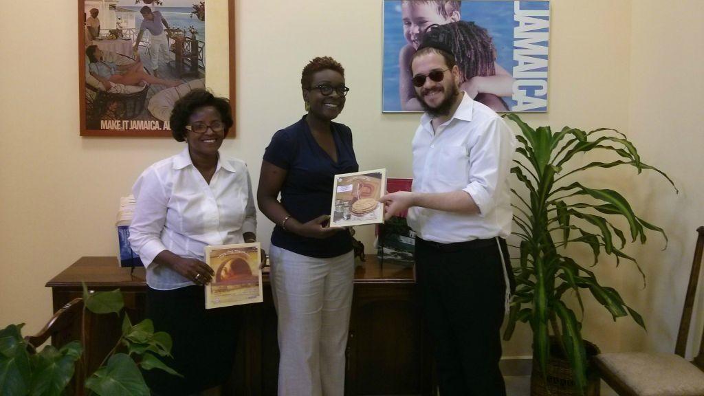 Rabbi Yaakov Raskin distribue de la shmura matza pour la Pessah aux résidents locaux jamaïcains (Crédit : Autorisation)