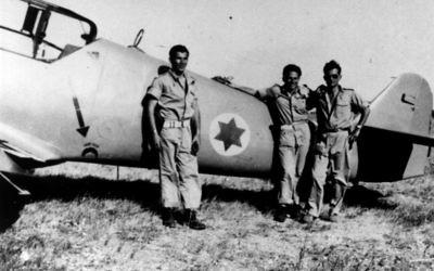 Lou Lenart, à gauche, et d'autres pilotes de chasse  devant l'avion Avia S-199 (Crédit : Autorisation de Boaz Dvir via JTA)