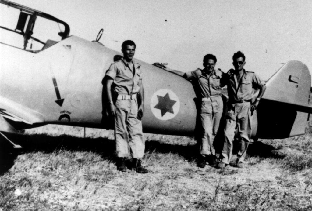Lou Lenart, à gauche, et d'autres pilotes de chasse à l'avant de l'avion Avia S-199 (rédit : Autorisation de Boaz Dvir via JTA)
