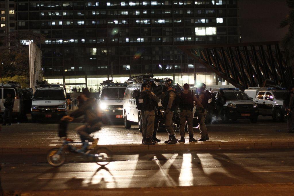 Les policiers debout près d'une manifestation anti-brutalité de la police contre les Israéliens d'origine éthiopienne sur la place Rabin à Tel Aviv, le dimanche 3 mai 2015 (Crédit : Juda Ari Gross / Times of Israel)