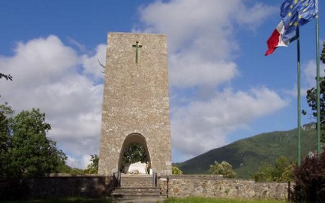 Monument ossuaire de Sant'Anna di Stazzema (Crédit : Fmulas/Wikimedia)