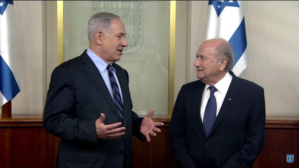 Le Premier ministre Benjamin Netanyahu rencontre le président de la FIFA Sepp Blatter, le 19 mai 2015 (Crédit : Capture d'écran YouTube / IsraeliPM)