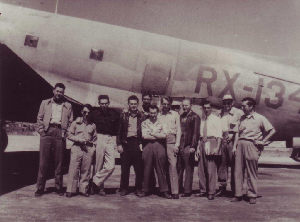 Les hommes de Al Schwimmer en face d'un avion C-46 avec des marques de Panama. (Crédit : Autorisation de Boaz Dvir via JTA)