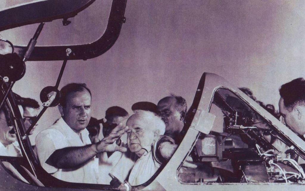 Al Schwimmer, qui a guidé la vaste opération pour renforcer l'armée de l'air d'Israël, avec le Premier ministre israélien David Ben Gurion. (Crédit : Autoriation de Boaz Dvir via JTA)