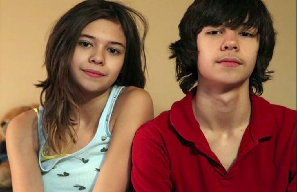 Des patient du Dr Norman Spack Nicole (à gauche) et à côté de son frère jumeau identique (Crédit : capture d'écran YouTube)