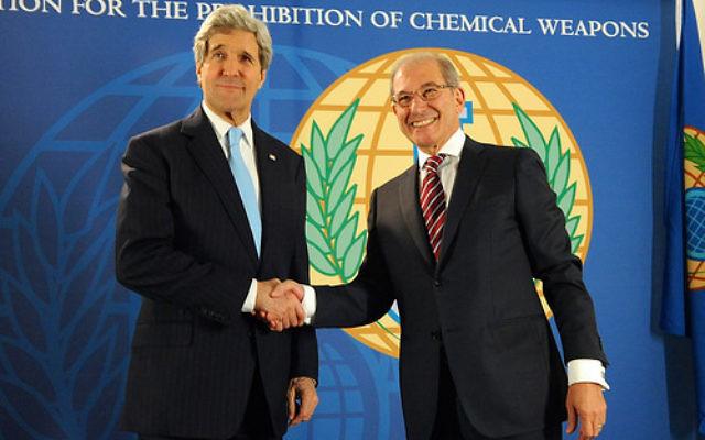 Secrétaire d'Etat américain John Kerry serre la main au directeur général de l'Organisation pour l'interdiction des armes chimiques, Ahmet Üzümcü, avant une réunion à La Haye, Pays-Bas (Crédit : U.S Departmet of State)