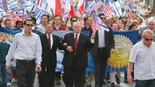Le pasteur John Hagee coude à coude avec le rabbin Shlomo Riskin dans une mars de solidarité en 2010 (Autorisation)
