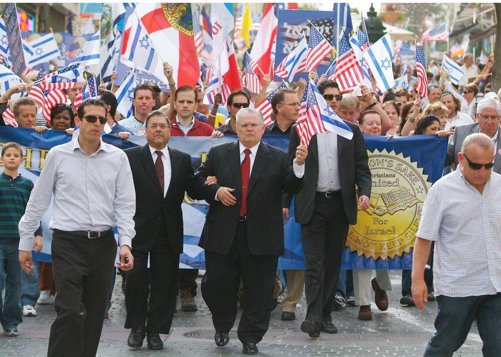 Le pasteur John Hagee, coude à coude avec le rabbin Shlomo Riskin, pendant une manifestation de solidarité en 2010. (Crédit : Christians United for Israel)