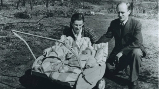 Romek et Eva Zynger avec leurs jumeaux Yaffa et Yitzhak, au camp de Bergen-Belsen, en 1946 (Crédit : Autorisation de Jean Bloch Rosensaft)