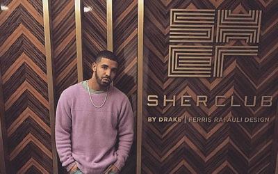 Le rappeur Drake à côté de son nouveau club du nom de ses grands-parents juifs. (Crédit : Drake / Instagram)