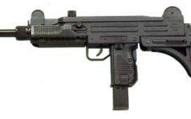 Le pistolet-mitrailleur Uzi (Crédit : Wikimedia Commons)