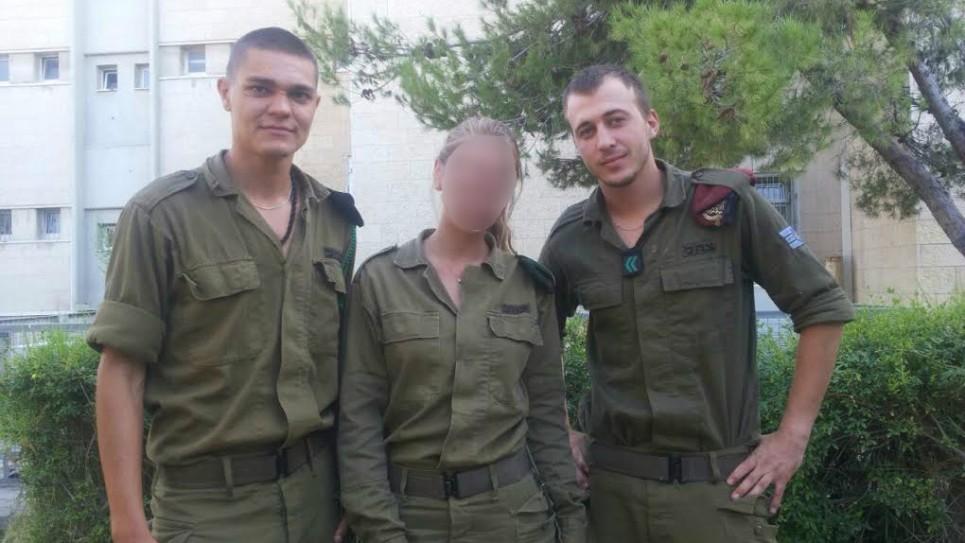 Premier sergent à l'époque, Alex Asyanov, un parachutiste, à droite; Cpl. Katya, une sous-officière des renseignements militaires, qui n'a pas été autorisée à utiliser son nom complet ou de montrer son visage; et le Sgt. Igor Havkin (Crédit : Unité Netta Asner / porte-parole IDF )