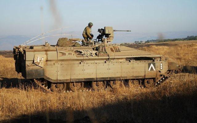 Des soldats Golani dans un Namer lors d'un exercice dans les hauteurs du Golan, en août 2012 (Crédit : CC-BY-SA/Abir Sultan / IDF)