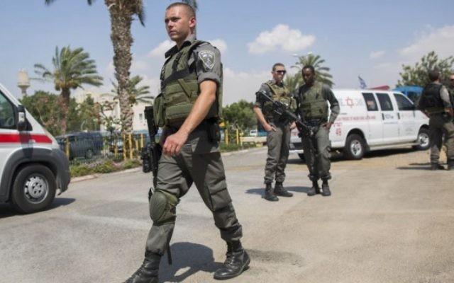 Des policiers et des secouristes sur les lieux où un garde de sécurité israélien travaillant au point de contrôle de l'entrée de Maale Adumim a été poignardé par un assaillant qui a fui dans un village arabe voisin, dans une apparente attaque terroriste, le 11 mai 2015. (Crédit : Yonatan Sindel / FLASH90)