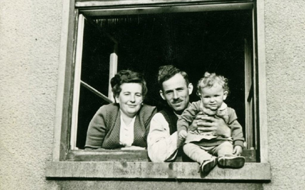 Dina Lichtman avec ses parents Bella CYPRIS et romaine Lichtman sur une photo prise en 1949 dans le camp de Bergen-Belsen qu'ils ont utilisé pour une carte de voeux du Nouvel An juif (Crédit : Autorisation de Dina Lichtman)