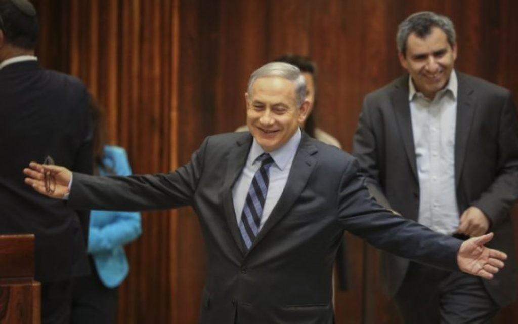 Le Premier ministre Benjamin Netanyahu lors d'un vote de la Knesset sur l'augmentation du nombre de ministres dans le nouveau gouvernement, le 13 mai 2015 (Crédit photo: Hadas Parush / Flash90)