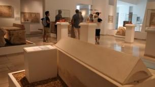Un sarcophage de la fin de l'ère du Second Temple au Musée des Pays de la Bible de Jérusalem (Crédit photo: Shmuel Bar-Am)