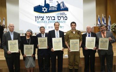 (G à D) Les lauréats du prix Nefesh B'Nefesh Bonei Zion : Professeur Charles Sprung ; Chana Reifman Zweiter ; Rabbi Dr. Seth Farber ; Tal Brody ; Staff Sgt. Asaf Stein, PhD ; Asher Weill ; et Jon Medved (Crédit : Sasson Tiram)