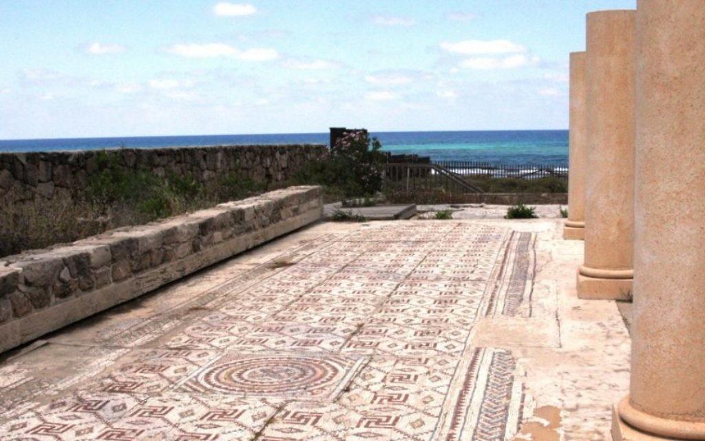 Les vestiges d'une église byzantine au grand plancher de mosaïque à Shavei Zion (Crédit : Shmuel Bar-Am)