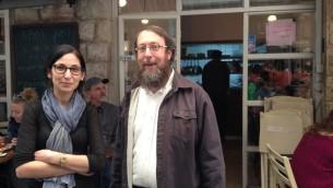 La propriétaire Merav Mizrachi et le rabbni Aaron Leibowitz devant le Café Mizrachi,au Mahane Yehuda qui a été l'un des premiers établissements à utiliser la certification casher alternative de Yerushalmim (Crédit photo: Jessica Steinberg / Times of Israel)