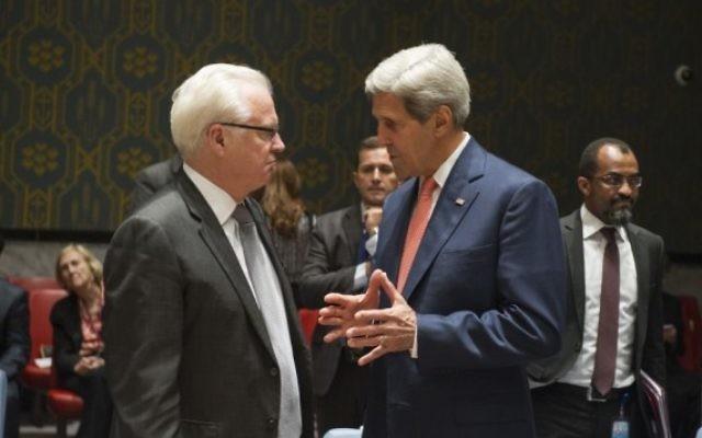 Vitaly Churkin (à gauche) s'entretient avec John Kerry au siège de l'ONU, à New York, le 19 septembre 2014.(Crédit photo: ONU / Eskinder Debebe)