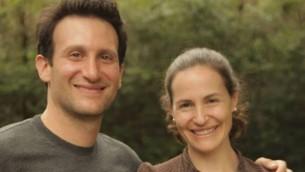 Rachel Jacobs (à droite), avec son mari. Jacobs avait été portée disparue après l'accident de train qui a tué au moins six personnes et blessé plus de 200 autres le 12 mai 2015. (Crédit photo: JTA / Facebook)