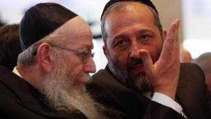 Le dirigeant du parti Shas, Aryeh Deri (à droite),  en conversation avec celui du parti Yahadout HaTorah, Yaakov Litzman, lors de la session d'ouverture du parlement israélien, le 31 mars 2015. (Crédit : Nati Shohat/Flash90)