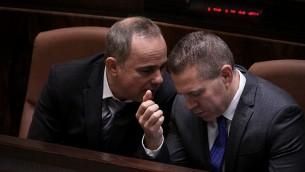 Les députés du Likud Gilad Erdan (à droite) et Yuval Steinitz à la Knesset, le mercredi 14 mai 2015, avant la prestation de serment du nouveau gouvernement. (Crédit photo: Isaac Harari / Porte-parole de la Knesset)
