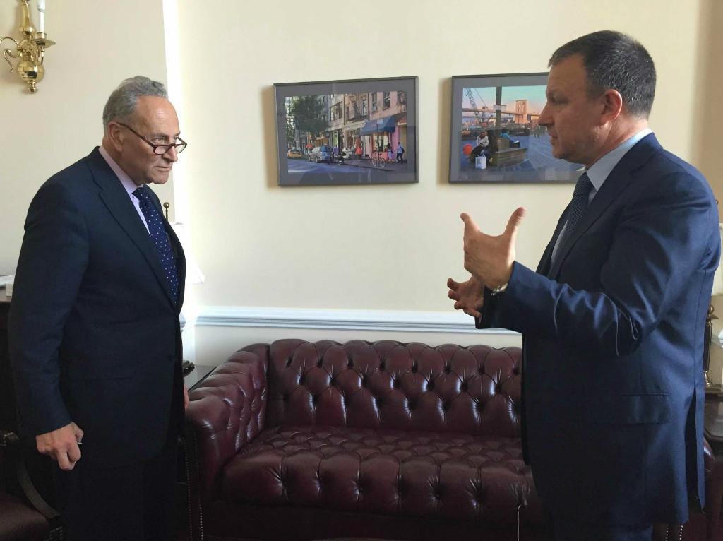 Le député de l'Union sioniste Erel Margalit rencontre le sénateur Chuck Schumer (D-NY) à Washington le 29 avril 2015 (Crédit : Autorisation)