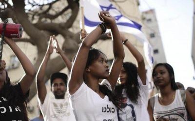 Des Israéliens d'origine éthiopienne manifestent à Tel-Aviv contre la violence et le racisme dirigés contre eux, le 18 mai 2015. (Crédit photo: Tomer Neuberg / Flash90)