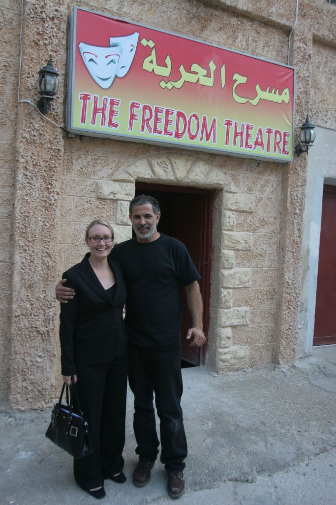 Juliano Mer Khamis au Théâtre de la Liberté dans le camp de réfugiés de Jénine (Crédit : Issam Rimawi / FLASH90)