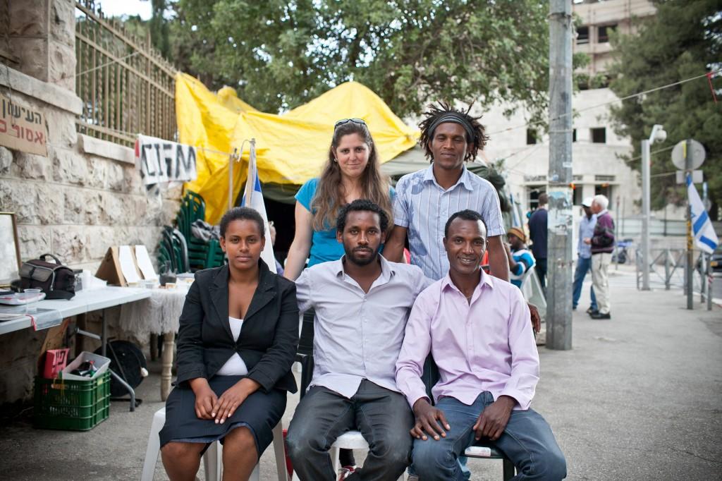 Les jeunes dirigeants de la de protestation anti-discrimination éthiopienne devant la résidence du Premier ministre à Jérusalem le 15 avril 2015 (Crédit : Noam Moskowitz / Flash90)
