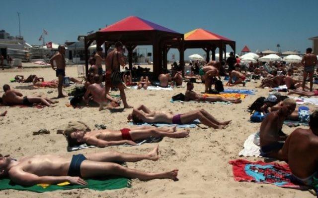 La plage de Tel-Aviv, le 7 Juin 2012. Illustration. (Crédit : Alana Perino/Flash90)
