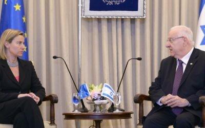 Le président Reuven Rivlin avec la chef de la politique étrangère de l'Union européenne, Federica Mogherini, à la résidence du président à Jérusalem le 21 mai 2015 (Crédit : Mark Neyman / GPO)
