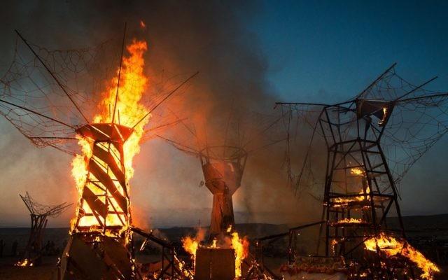 """L'installation artistique « Le Temple"""", une structure géante, a été brûlée à la fin de Midburn 2014 après plus de 24 heures de négociations avec la police. (Crédit : Sharon Avraham / MIdburn)"""