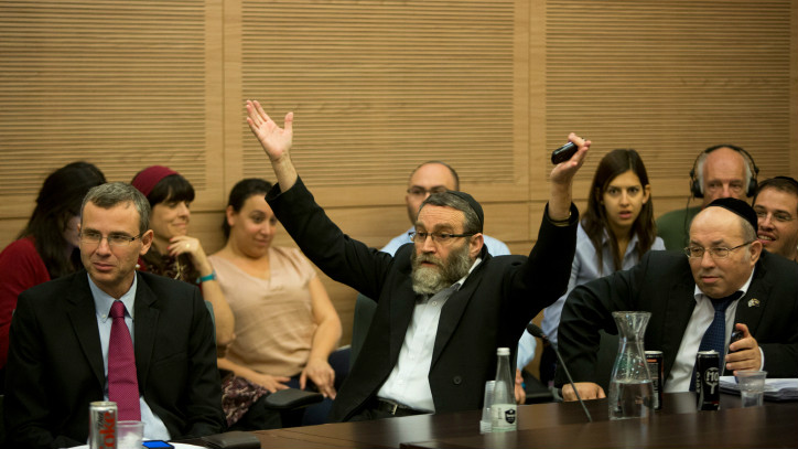 Le député Moshe Gafni le 27 octobre, 2014 exprimant l'opposition des ultra-orthodoxes contre la décision du cabinet d'ouvrir les tribunaux de conversion (Crédit : Yonatan Sindel / flash 90)