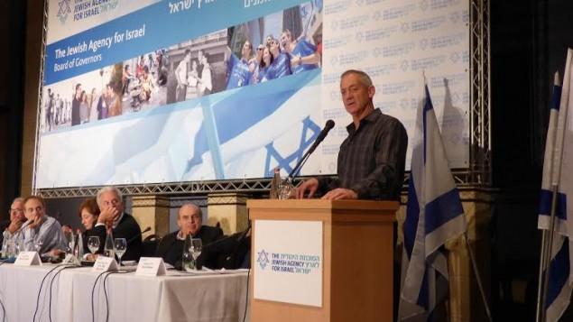 L'ancien chef d'état-major de Tsahal, le lieutenant-général (à la retraite) Benjamin (Benny) Gantz face au Conseil des gouverneurs de l'Agence Juive à Jérusalem, le mardi 24 février (Crédit : David Schechter / Agence juive)