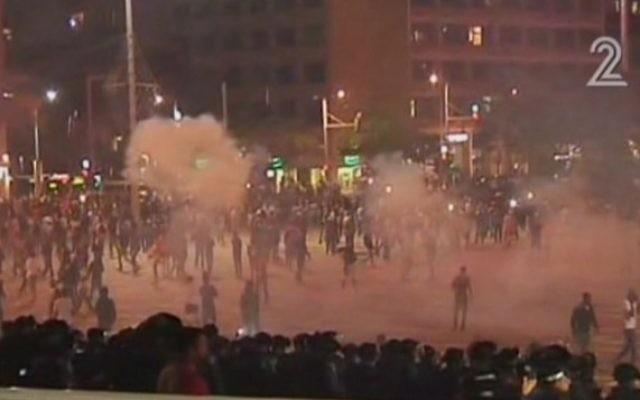 Répression des manifestants Israéliens éthiopiens par la police sur la place Rabin de Tel Aviv, le 3 mai 2015. (Crédit : capture d'écran Deuxième chaîne)