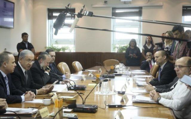Le Premier ministre Benjamin Netanyahu (deuxième à gauche) préside la réunion hebdomadaire du gouvernement, à Jérusalem, le 10 mai 2015. (Crédit photo: Marc Israël Sellem / Flash90, Pool)