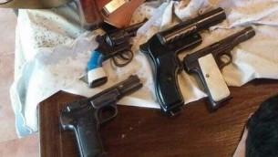 Les armes trouvés dans le kibboutz Shoval (Crédit : Police israélienne)