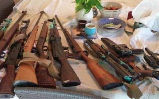 Des fusils trouvés dans le grenier de la maison d'une femme âgée au kibboutz Shoval en mai 2015 (Photo: Police israélienne)
