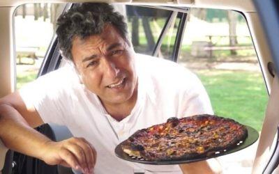 Le célèbre chef cuisinier israélien Haim Cohen dans une vidéo pour la sécurité publique de l'association Beterem-Safe Kids Israel. (Crédit : capture d'écran YouTube/Beterem)