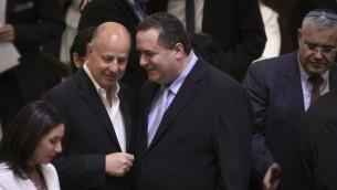 Le président de la coalition entrante Tzachi Hanegbi (à gauche) et le ministre des Transports et du Renseignement Yisrael Katz lors de la cérémonie de prestation de serment du nouveau gouvernementà la Knesset le 14 mai 2015 (Crédit photo: Porte-parole de la Knesset)